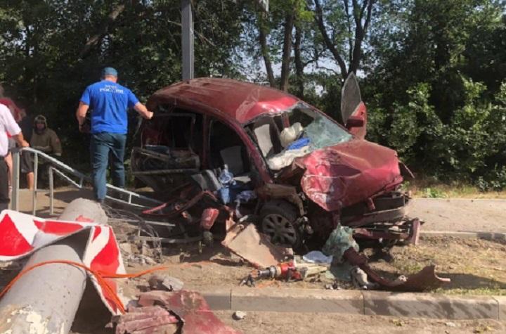 Пострадали трое: в Шахтах иномарка врезалась в опору ЛЭП