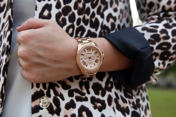 Попросила померить: в Ростове полиция задержала мошенницу, присвоившую дорогие часы