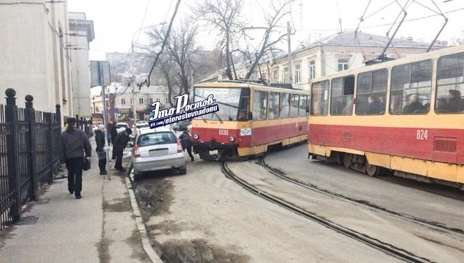 Теперь боится: в Ростове автохам перегородил дорогу трамваю