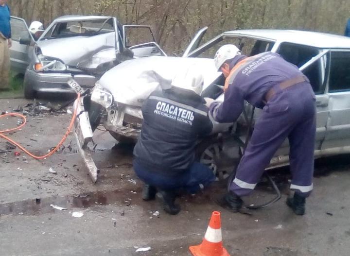 Пострадавших зажало в машине: в Ростовской области столкнулись две легковушки