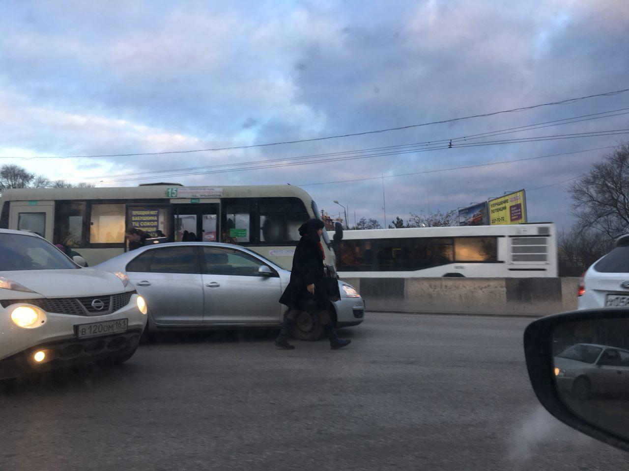 Маршрутка илегковой автомобиль столкнулись вРостове-на-Дону